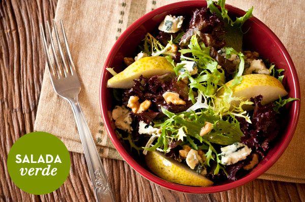 Receita de salada verde com nozes, pera e molho de mostarda e mel ( Receita: Dedo de Moça | Foto: Carol Milano )