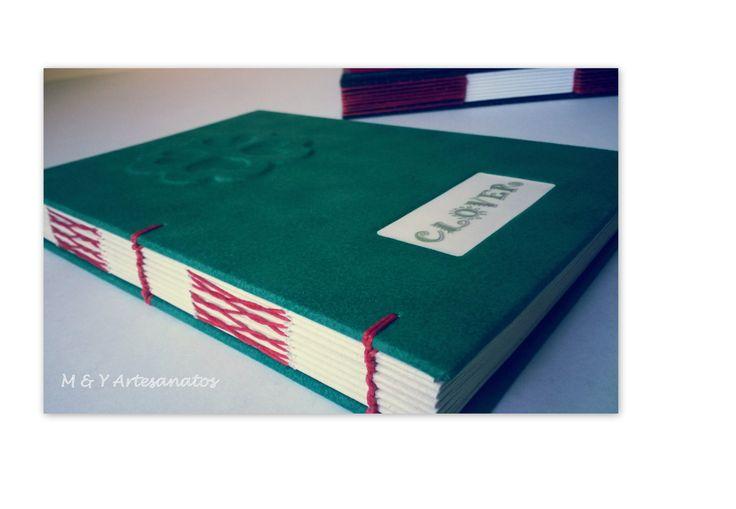 Caderno com costura francesa e capa revestida em tecido 100% algodão. Detalhe em relevo de um trevo e com janela rebaixada para personalizar. facebook.com/meyartesanatos