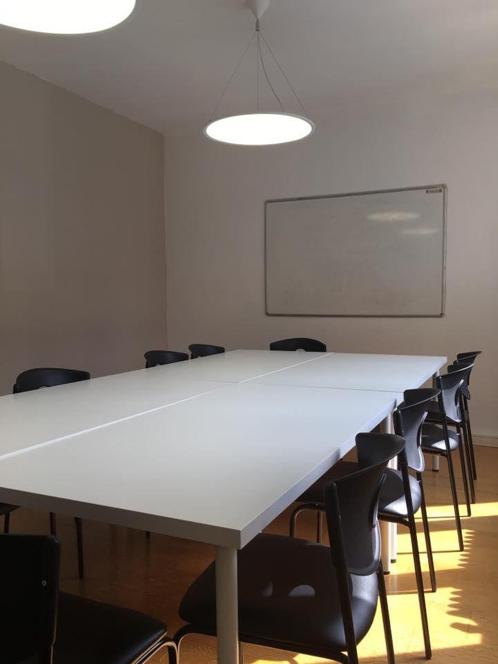 salle de réunion pouvant accueillir 12 personnes, idéale pour des réunions ou formations externalisées Cette de réunion est situé au centre de Thionville à proximité de toutes les commodités : parking gratuit, bus, gare, A31, restaurants, Hôtels