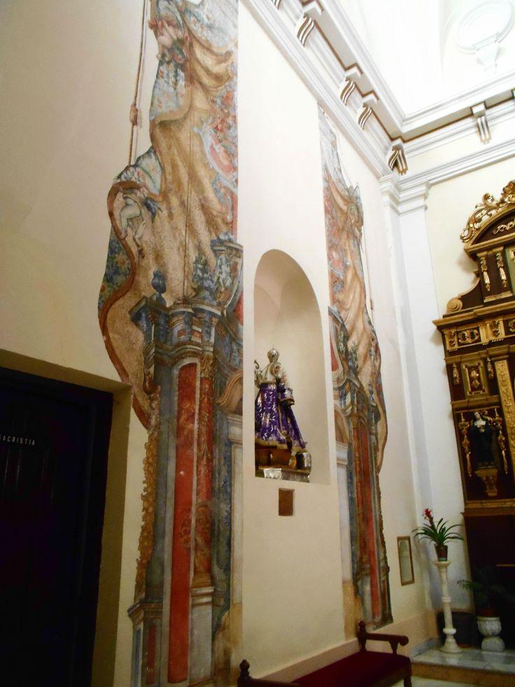 Iglesia de Merced. Pinturas murales de estilo barroco en el lado del evangelio.