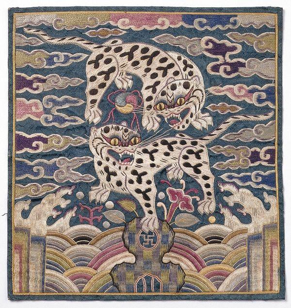 «Ханьфу» так и переводится — «одежда династии Хань». Но, по легенде, этому наряду более четырёх тысяч лет. Его придумала жена императора Жуан-ди, Императрица Лэй-чжу. Украшался ханьфу квадратной вышитой накладкой: «мандаринским квадратом» или «буфаном». По ней легко было определить статус аристократа — девяти рангам гражданских чиновников соответствовали девять видов птиц: журавль, павлин, фазан и др. А ранг военных чиновников определялся девятью видами животных: лев, тигр, медведь, носорог,