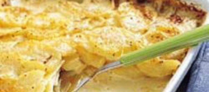 Aardappel-Ui schotel met rozemarijn met een tussenlaagje van camembert