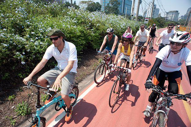 """Ciclistas passeiam com Eduardo Srur pela exposição """"Às Margens do Rio Pinheiros"""": http://abr.ai/14Ag8il"""