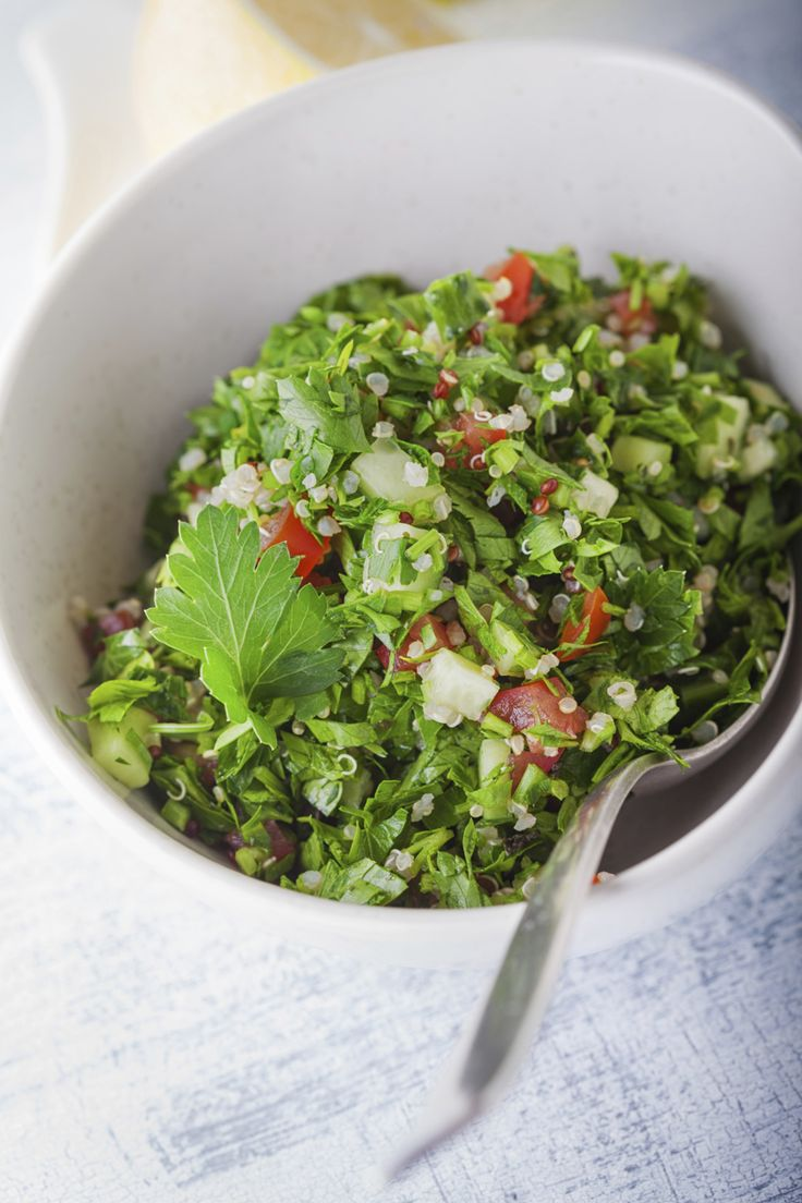 Tabouleh (ook tabbouleh oftabouligenoemd)is voor het Midden-Oosten wat rucolasalade voor de Italianen is. Je hebt er maar weinig voor nodig, een recept is eigenlijk overbodig en je kunt het overal bij serveren.De bossen groene kruiden zorgen voor de smaak en de rest is up to you! We zien nog vaak tabouleh met couscous in de …