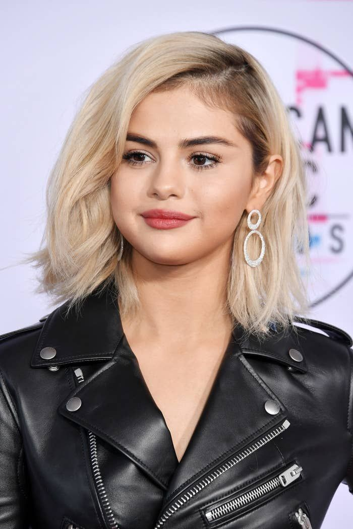 Selena Gomez Has Blonde Hair Now And It Looks Way Better Than You Re Imagining Short Platinum Blonde Hair Selena Gomez Short Hair Selena Gomez Blonde Hair
