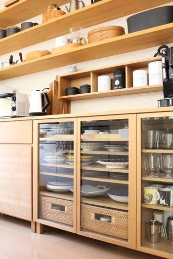 ガラス戸から内容が見える収納は、実用を兼ねながら、定位置に納められた食器やグラスが見ていて気持ちがよいですね。
