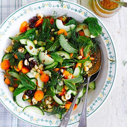 Alle smaken van de Marokkaanse keuken - kikkererwten, munt, kersen, koriander - komen samen in deze supersmaakvolle salade.    1. Schraap de pitjes uitde komkommer, snijd beide helften in halvemaanplakjes en doe in een kom.    2. Snijd of...