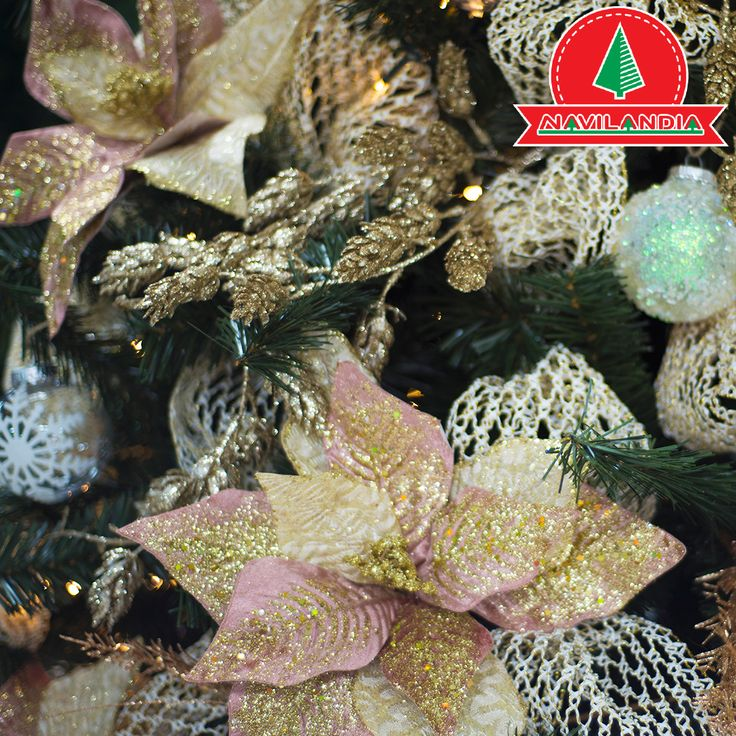Busca el brillo y el glamour total cuando se trata de decorar el árbol de Navidad. Elija adornos en tonos dorados y champán, cubiertos de brillantes destellos. 🎄☃️🎅 #CoronasDeNavidadCali #CoronasDeNavidadMedellin #CoronasDeNavidad