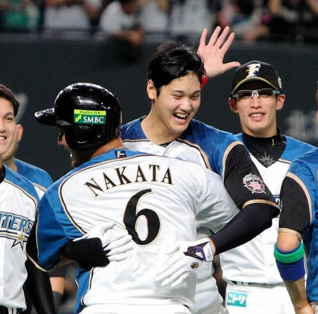 日本シリーズでサヨナラ打を放ち、中田(背番号6)と抱き合い喜ぶ大谷