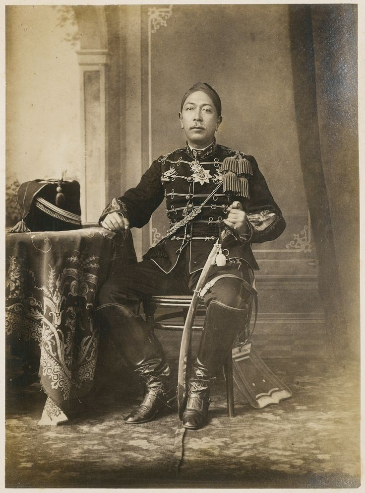 Hamengkoe Boewono VII, sultan van Jogjakarta, in uniform - Kassian Céphas…