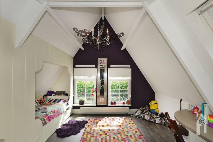 Ruime meisjeskamer met leuke dakvorm  en bedstee
