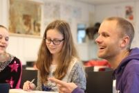 Leraar van het Jaar Jasper Rijpma (31) werkt op het Hyperion Lyceum in Amsterdam Noord. Daar hielp hij mee met het opzetten van Bureau V. V staat voor: Verbreden, Verdiepen, Verrijken en Versnellen. Vijftien tot twintig procent van de leerlingen kiest daarvoor. Er gelden geen IQ-eisen.