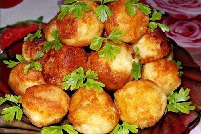 Z brambor se dá připravit asi milion jídel a kdo má rád brambory, ten si určitě pochutná i na tomto hlavním jídle, případně i jako na příloze k masu. Bramborovo máslové kuličky, které se smaží na malém množství oleje na pánvi. Určitě vyzkoušejte.