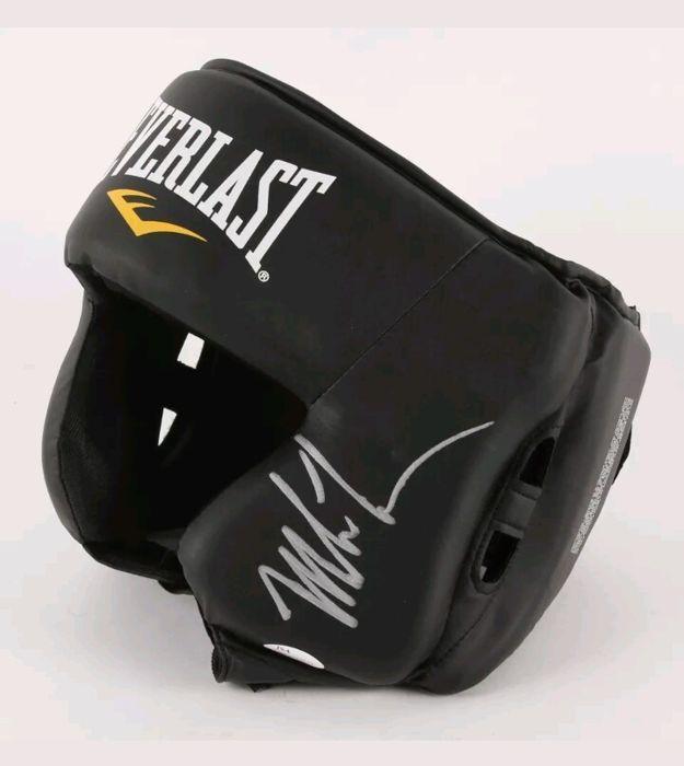 Everlast Boksen hoofddeksels hand ondertekende door Mike Tyson  Everlast Boksen zwarte hoofddeksels hand ondertekende door Mike Tyson met een JSA-certificaat van Echtheid met nummer WP361072.Michael Gerard Tyson 'Mike' (Brooklyn 30 juni 1966) is een voormalig Amerikaans bokser. Hij won de zwaargewicht wereld titel twicein de jaren 80. Hij houdt het record als de jongste bokser te winnen van de wereldtitel van een zwaargewicht. Het was op 22 November 1986 toen hij won de titel WBC na het…