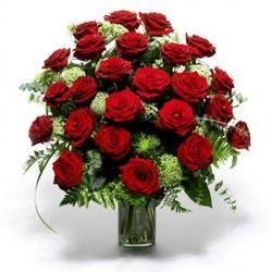 Per esprimere tutti i vostri sentimenti ... un prestigioso mazzo di 24 rose rosse in una ricca confezione con felce e vario altro verde e foglie