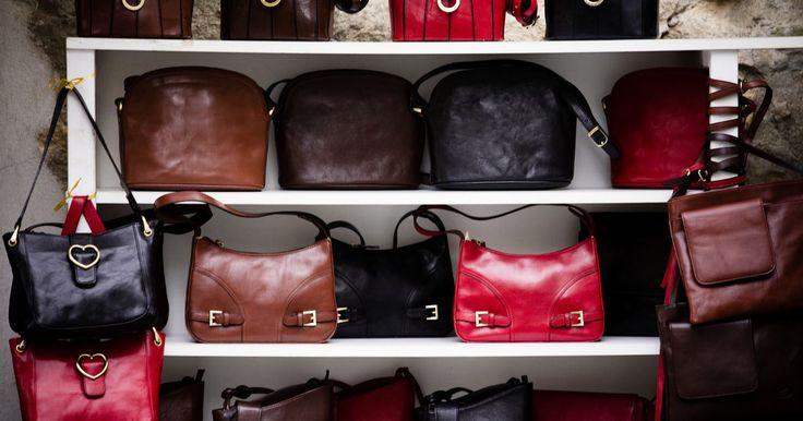 Cómo detectar bolsas falsas de Kate Spade. Las bolsas de Kate Spade no son baratas, pero si vas a derrochar, asegúrate de que estés obteniendo las verdaderas. Desde la etiqueta hasta el patrón de los materiales, hay muchas maneras de asegurar la autenticidad de tu bolsa.