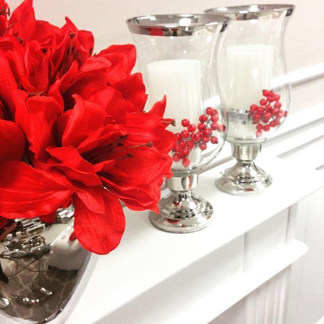Zatęskniliśmy w tym roku za energetyczną czerwienią w aranżacjach świątecznych 🎄🎁 Czerwone amarylisy i gałązki głogu przyszły nam z pomocą. Niebawem na stronie naszego sklepu www.hamptons.pl #amarylis #redamarylis #christmasdecor #christmasflowers