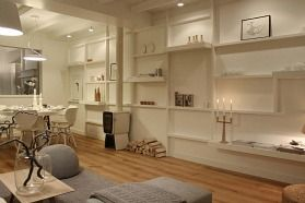 Witter dan witte woonkamer | Eigen Huis & Tuin. Wandmeubel van vuren balken als raamwerk met verplaatsbare MDF planken.