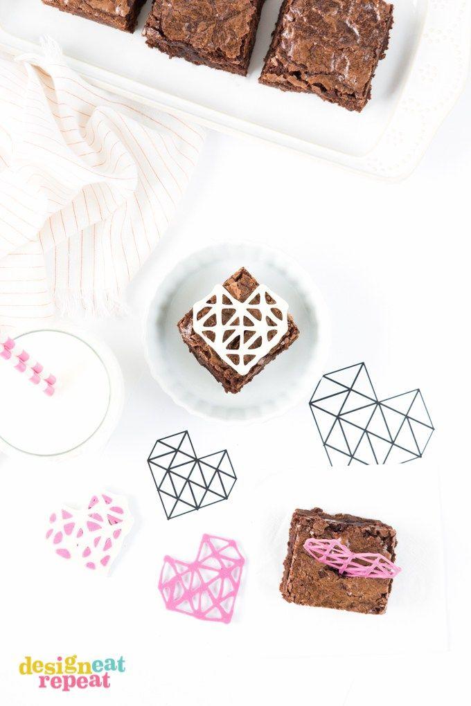 これらのDIYの幾何学的なチョコレートハートトッパーとあなたのバレンタインデーのお菓子をドレスアップ! あなたは簡単にトレースすることができるようにテンプレートのダウンロードが含まれています!