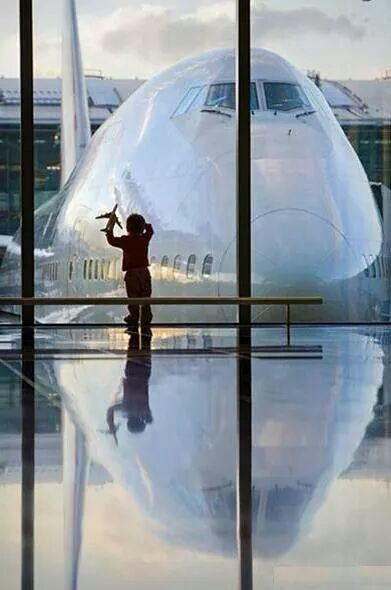 great photo a young child daydreaming about a big airplane boeing 747