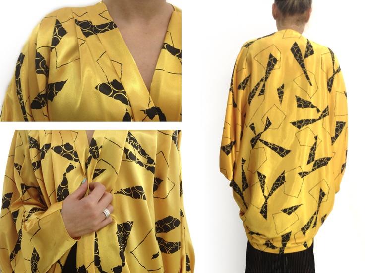 """Soprabito in stile kimono  TG 40      A partire dal XIX secolo il kimono venne adottato in Occidente come veste da casa grazie al suo stile comodo, per poi essere impiegato anche nelle uscite quotidiane. Si sviluppò il cosiddetto """"Giapponismo"""" e Mariano Fortuny e Paul Poiret poine furono degli esponenti vivaci. Yohji Yamamoto, negli anni '90, ha invece occidentalizzato e reso contemporaneo il tipico abbigliamento giapponese."""