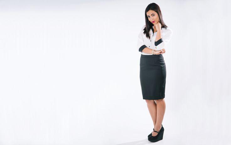 Falda recta ejecutiva negra y blusa con detalles negros mangas 3/4, con ribetes en manga y hombro en color negron