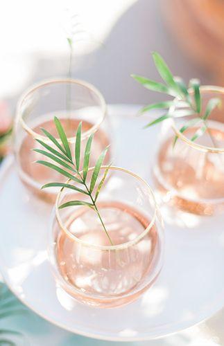 Sommer-Apero in Rosé mit kleinen Blättern als Deko. Sehr schick! #hochzeit2018 #bridetobe #wedding