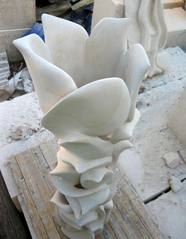 Lampada Sovrapposizioni  Lampada in pietra leccese interamente lavorata a mano senza l'uso di macchinari ma solo con martello e varie tipologie di scalpelli, raspe e carta vetrata.  #artigianato #pietraleccese #madeinitaly #madeinpuglia #lecce #scultura