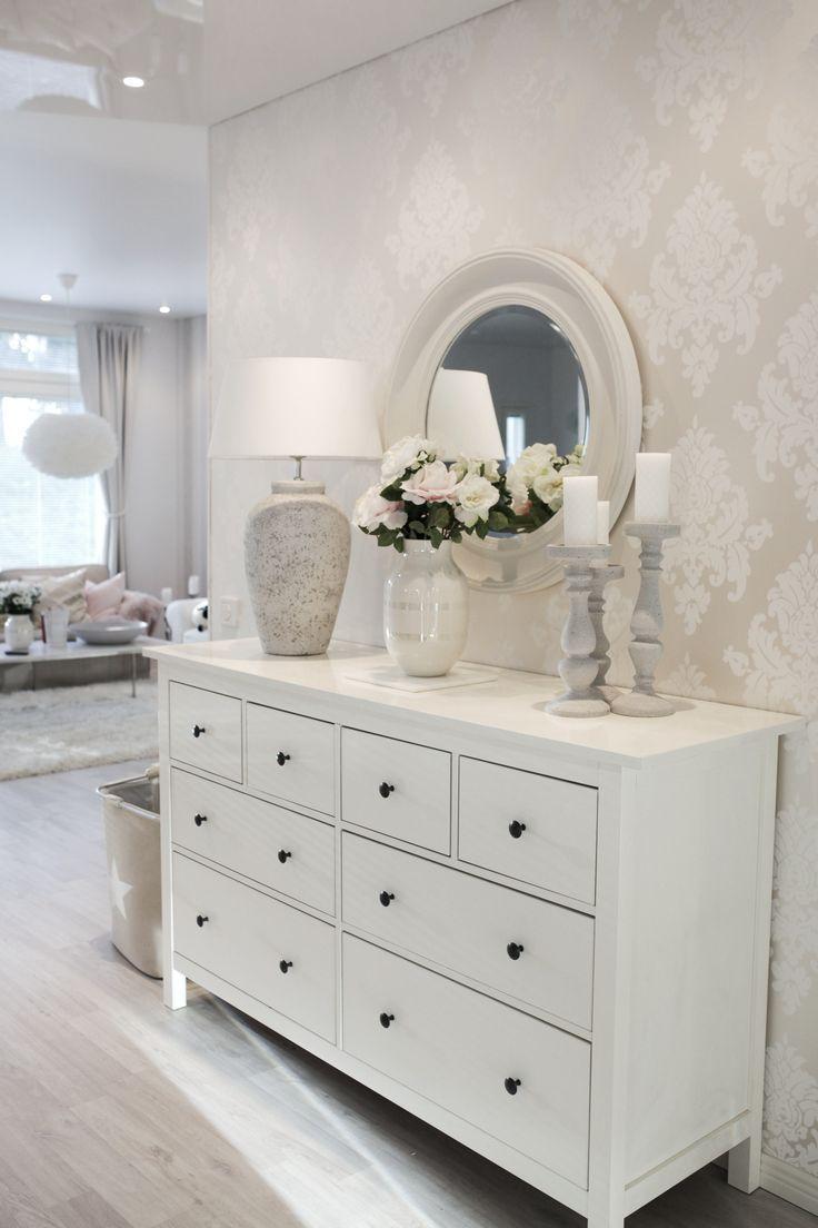 Dieser Flur sieht toll aus. Ich liebe die Verwendung einer IKEA Hemnes Kommode hier. – #Kleid   – Einrichtung Wohnzimmer