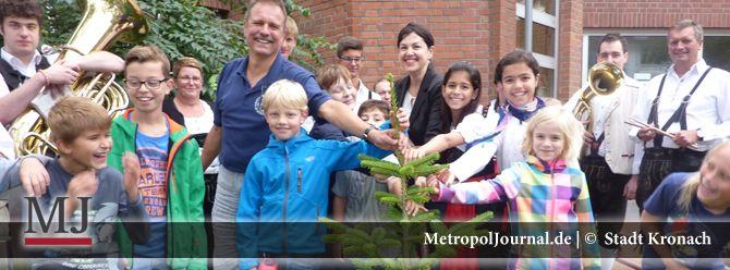(KC) Ein Weihnachtsbaum für die Berliner Kronach-Grundschule  - http://metropoljournal.de/metropol_nachrichten/kronach-ein-weihnachtsbaum-fuer-die-berliner-kronach-grundschule/