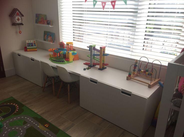 Kinderspeelhoekje...veel opbergruimte, alles netjes opgeruimd en toch gezellig. Een tafeltje zonder lade eronder fungeert prima als bureautje waaraan de kinderen kunnen gaan zitten spelen of kleuren/knutselen. #ikea #stuva