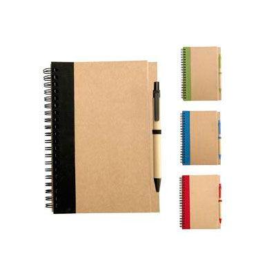 Cuaderno ecológico grande (tamaño 1/2 oficio) de 50 hojas interiores con tapas de cartón reciclado y anillado doble cero. Incluye bolígrafo.