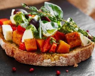 Bruschetta d'automne à la courge et au poivron rouge rôtis : http://www.fourchette-et-bikini.fr/recettes/recettes-minceur/bruschetta-dautomne-a-la-courge-et-au-poivron-rouge-rotis.html