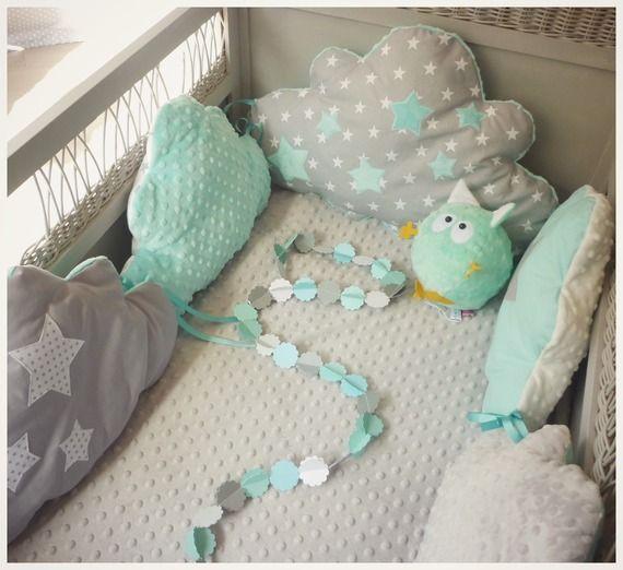 Tour de lit bébé nuage bleu aqua et gris clair