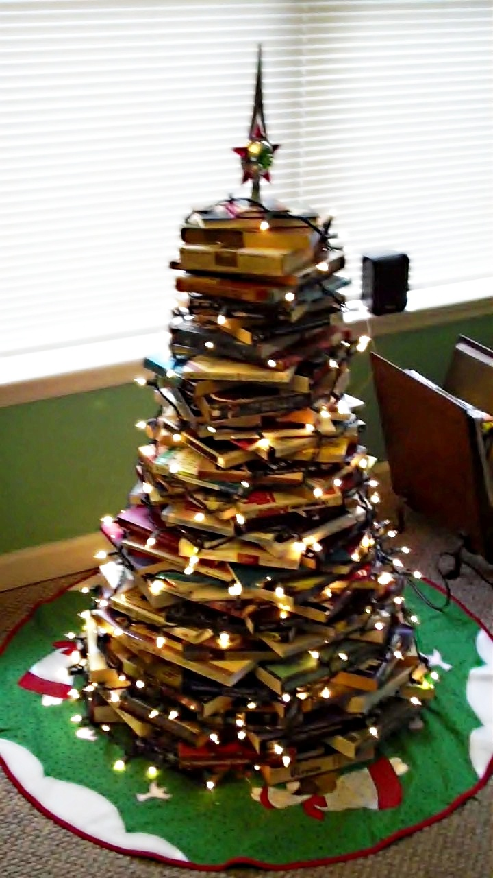 we made our christmas tree with books: Textbook Christmas, Books Ashley, Books Trees, Favorite Ideas, Christmas Decor, Unique Christmas Trees, Bookstores Unique, Bookish Christmas, Christmas Ideas