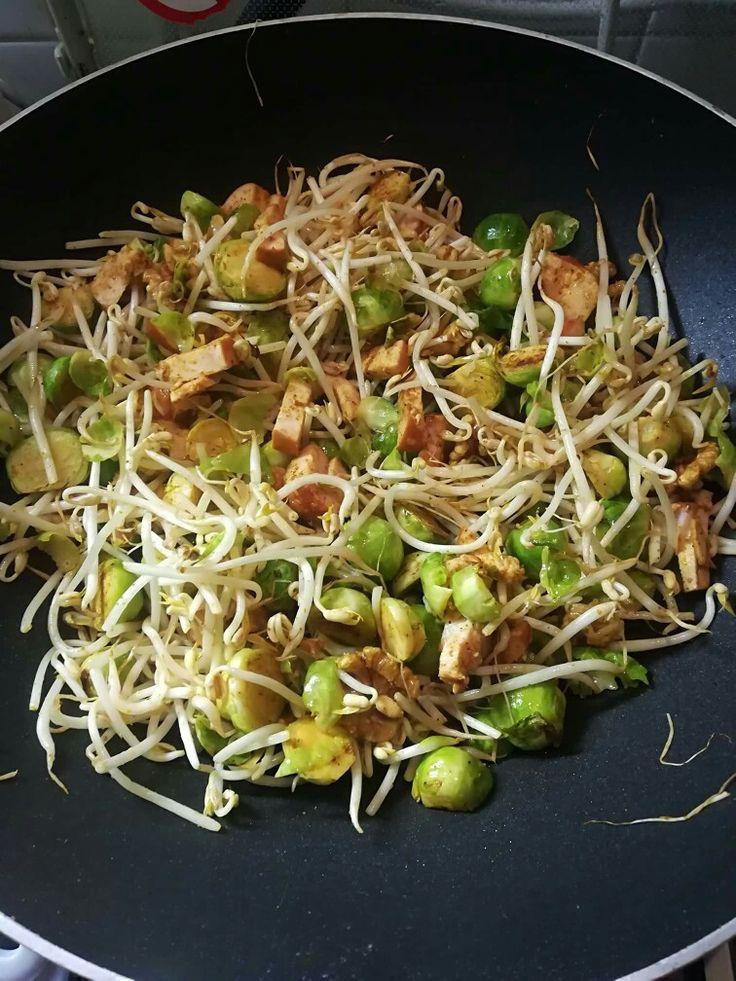Koolhydraat arm recept: Spruitjes (een zakje a 500 gram) kort voorgekookt, taugé, knoflook(poeder), uien(poeder), kerriepoeder, chili(poeder), gerookte kipfilet in stukjes gesneden en een handje vol walnoten. Roerbakken in olijfolie.