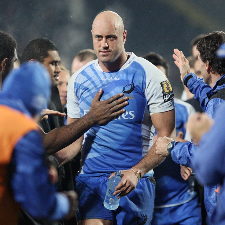 Retiring Western Force lock Nathan Sharpe is treated to a guard of honour