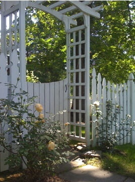 Love the fence with the arbor.
