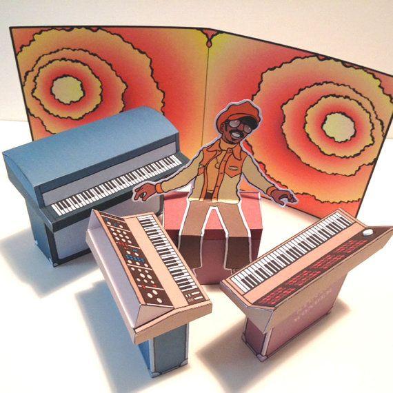 スティーヴィー・ワンダーやロキシー・ミュージック等をペーパー・ジオラマ化、ハンドメイド・アイテムが話題に - amass