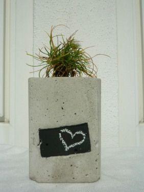"Beton-Pflanzbehälter mit ""Etikett"" aus Tafelfarbe / concrete planter with chalkboard paint"
