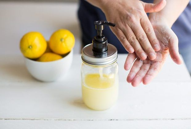 Cómo hacer jabón líquido para manos de limón y aceite de oliva
