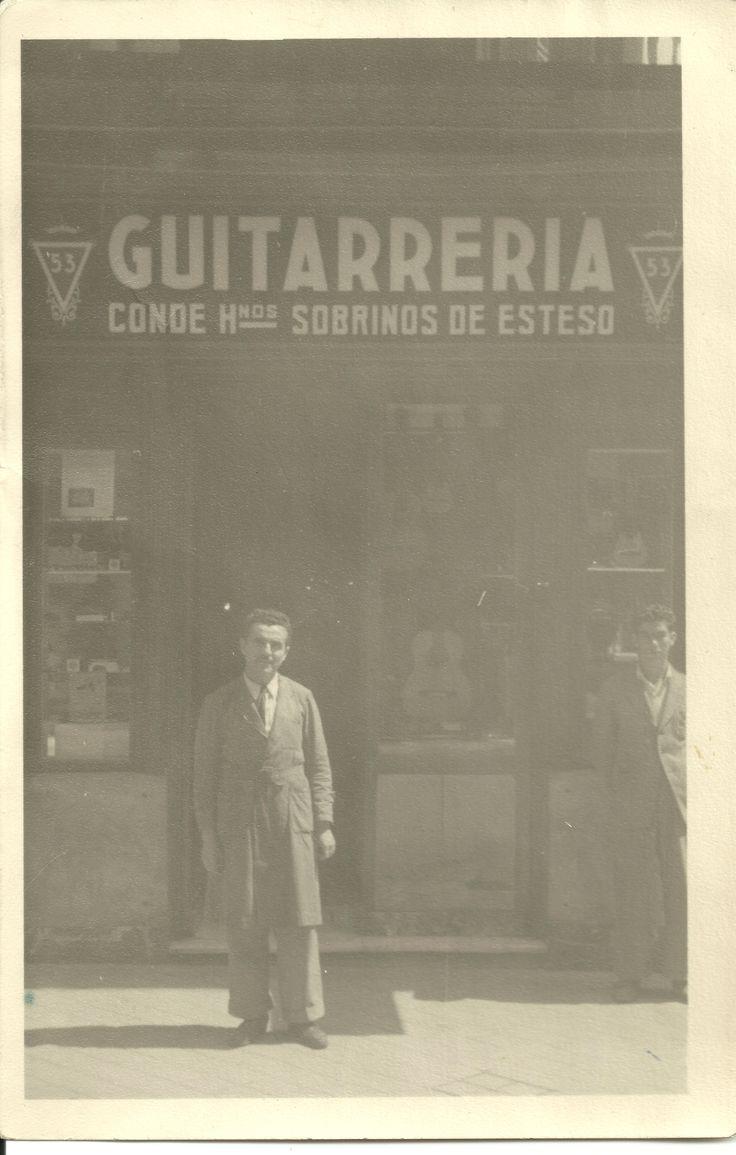 Julio Conde en los años 50 delante de la tienda Conde Hermanos de la calle Atocha  #guitarras #CondeHermanos #CondeAtocha #flamenco #Atocha53 #Madrid  -pinned by CondeAtocha-