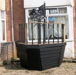 Pirate ship made from pallets. This will be in my house ... or backyard! Perfect for the kids!!!