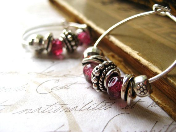 Great way to show off your small lampwork treasures. By Candice Clark (etsy - candies64 shop)