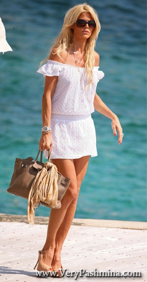 #VictoriaSilvstedt Ties A #Tan Handbag #Scarf For Her Boat Ride