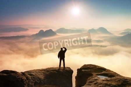 岩でカラフルな霧の朝。空気で手で目をシャド ウイングのロック帝国に暗い布で観光。