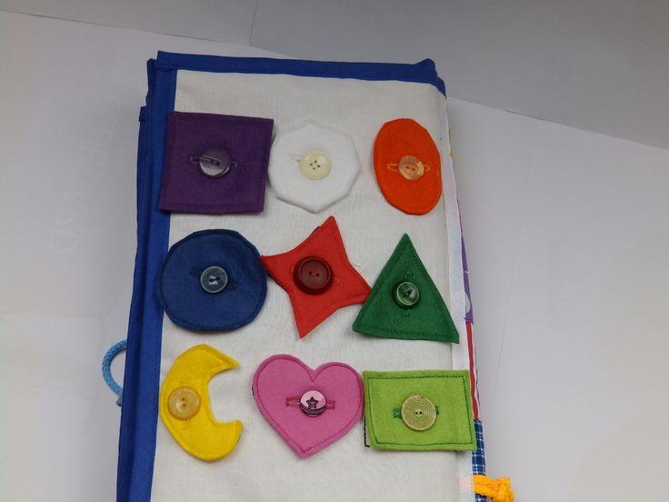Quiet+book+tvary+knoflík++Velikost+karty+25x20cm.+Kartaje+ušita+z+bavlny+a+jednotlivé+díly+jsou+ušité+z+filcu+a+bavlny.+Na+této+kartě+se+dítě+naučí+barvy,+velikosti,+tvary+........+Každá+karta+je+vypodložená+vatelínem+a+olemovaná+šikmým+pruhem.+Kniha+slouží+k+rozvoji+dětské+fantazie,+dovednosti,+logice,+.........+Na+Vaše+přání+je+možno+ke+knize+přišít+uši....