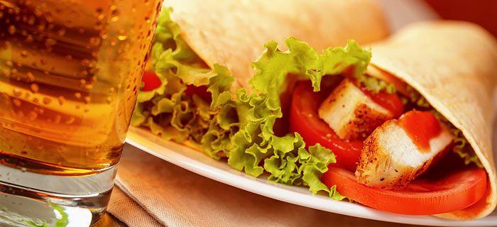 Zelfgemaakte wraps met kip en frisse groente. Een heerlijke lunch én een leuke borrelhap, aan jou de keuze :)