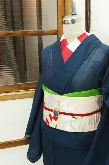 宵闇のようなネイビーに、おぼろげに浮かび上がる蔦葉模様が幽玄な詩情を誘う紗の夏着物です。 #kimono