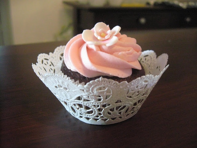 How to make your own cupcake wrappers with paper doilies!